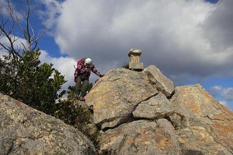 亀山岩を下る