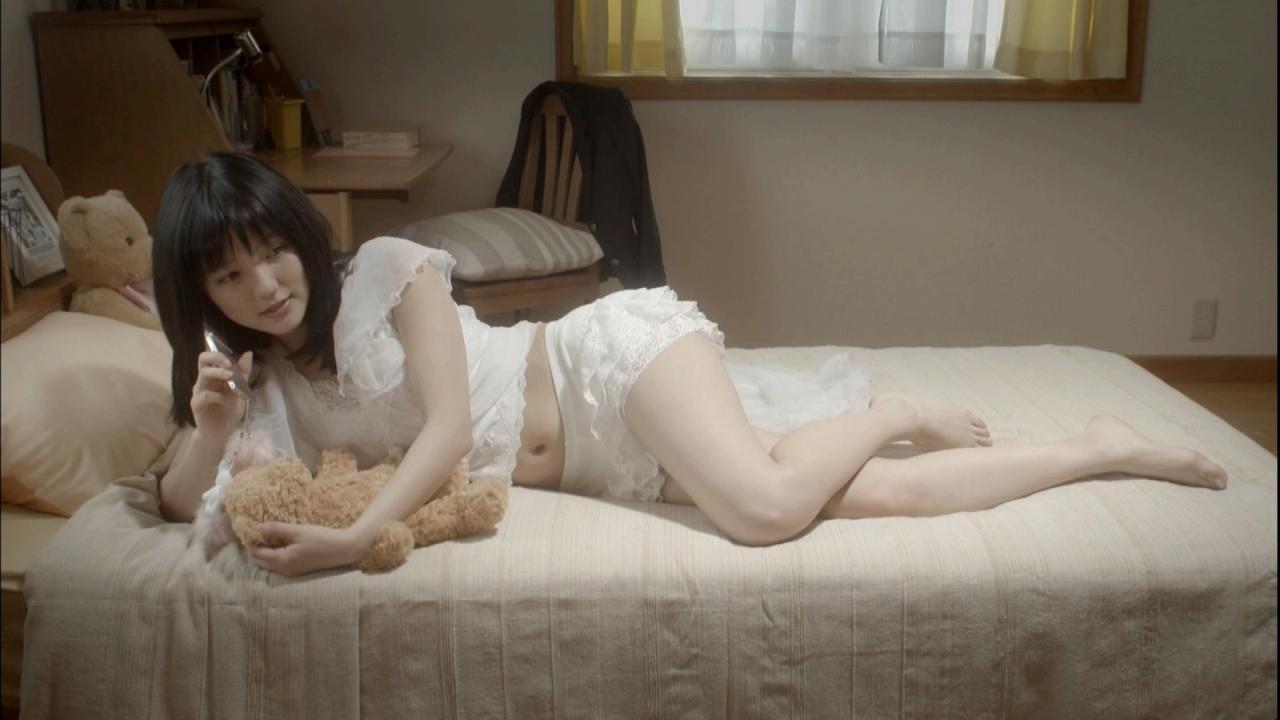 真野恵里菜 みんなエスパーだよ ベッド ぬいぐるみ 白のフリル付きナイトウェア