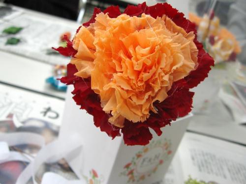 ハートフルギフト_2カーネーションに分けた花びらをつけてハートの形に