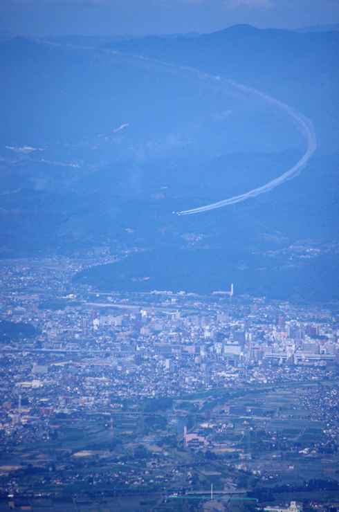 福島市街地上空のBlue Impulse