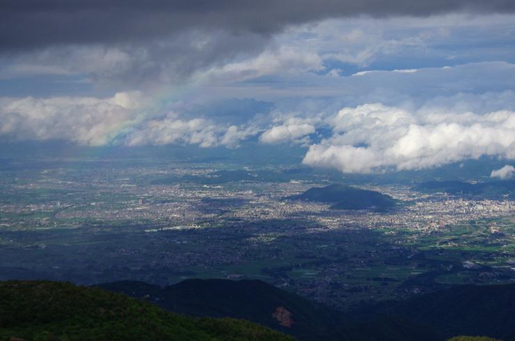 福島市街と淡い虹