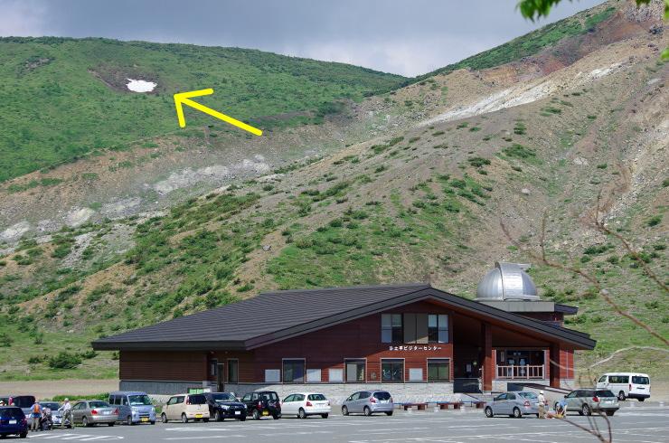 浄土平ビジターセンターと最後の残雪