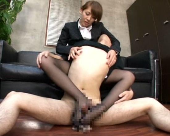 淫語を囁き部下のチ●ポをエロい手コキや足コキで抜く女上司の脚フェチDVD画像3