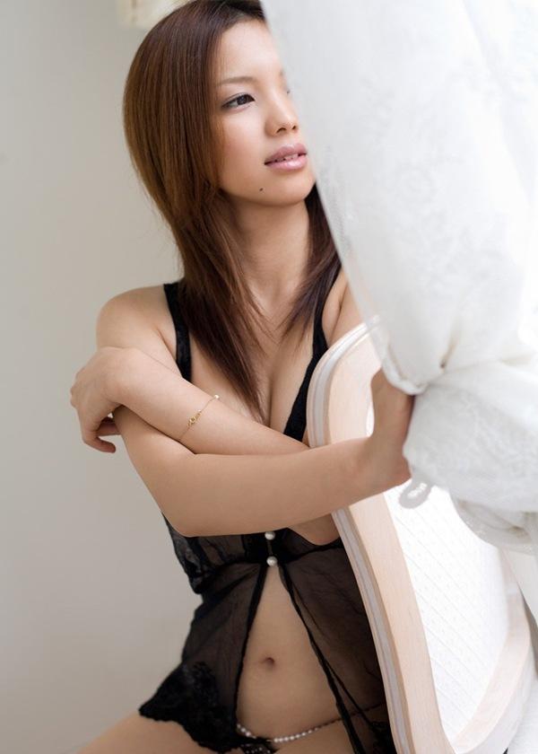 エロ画像 下着 ブラジャー おっぱい 美乳 胸の谷間