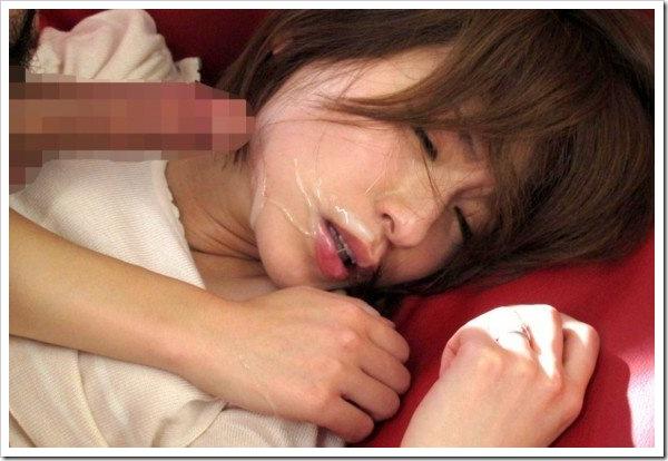 顔射暴発】萌っ子の顔に陰部から精子発射