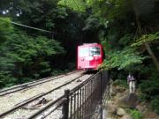ケーブルカーの脇の登山道