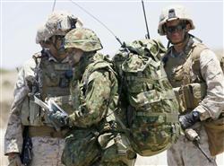 離島奪還訓練の米海兵隊と陸自。米カリフォルニア州・サンクレメンテ島。13.6.17
