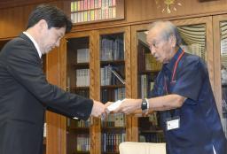 防衛相に再発防止の要望書を手渡す仲井真沖縄知事
