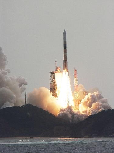 情報収集衛星を打ち上げるH2A