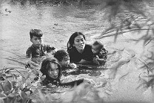 河を渡って逃げる母子2