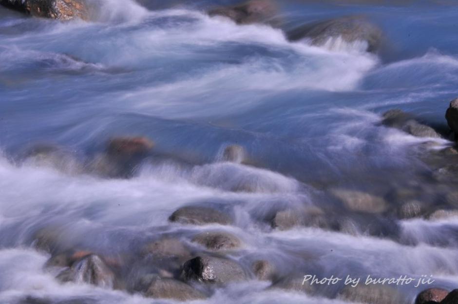 13HKD_白金の青い池横を流れる美瑛川