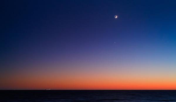 108152__moon-venus-regulus-ocean-sunrise-dusk-horizon-ship_p.jpg