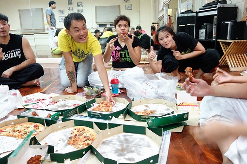 練習後にみんなでピザを食べました!