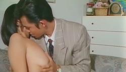 キスをしながら智美の乳房を揉み
