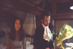人面瘡役の古館に花束を渡したいわまゆ