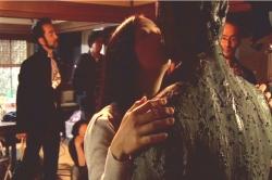 何やら気持ち悪い物体にキスするフランチェス子