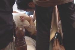 いわまゆの乳首はスタッフの足で隠されている