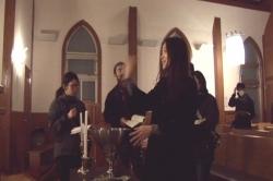 教会で聖水を振るシーン