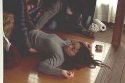 気を失って床に寝ているシーン