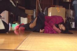 パタッと倒れたいわまゆのスカートを直そうとしている監督の吉田良子