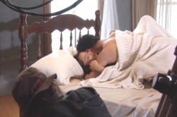 半裸のいわまゆに抱きついている男優。羨ましぎる・・