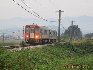 飛騨の山並みと電車