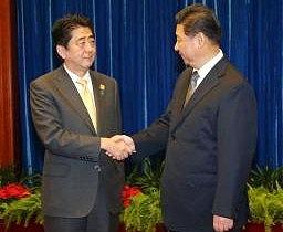日中首脳会談・握手する両首脳