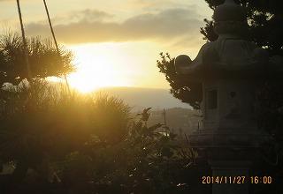 雲の嶺に日が落ちる