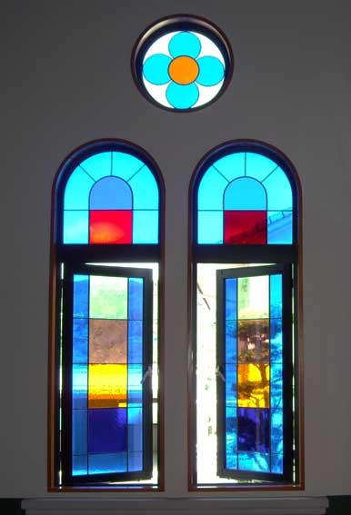 紐差教会窓とドア