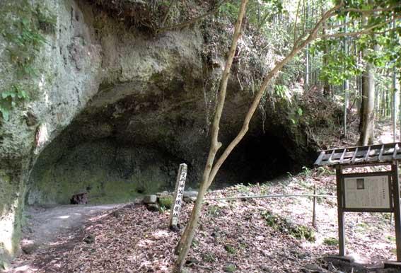 岩窟礼拝堂司祭館