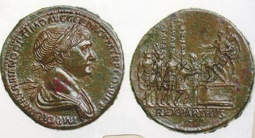 トラヤヌスの見事な肖像と裏面は皇帝の軍旗親授式典。セステルティウス青銅貨