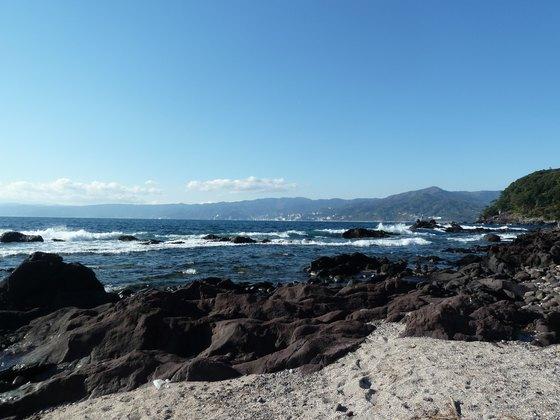 三ツ石海岸から熱海方面を眺める