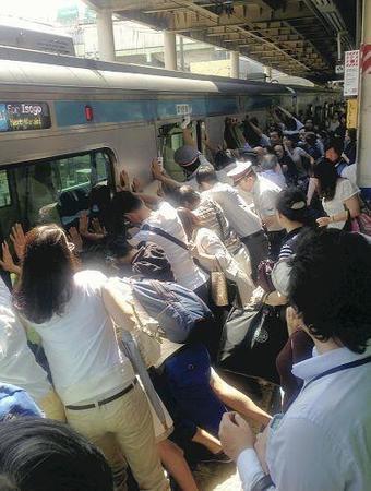 力を合わせて電車に挟まれた人を救出