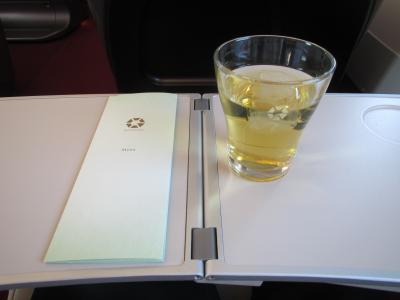 冷たい緑茶とメニュー表