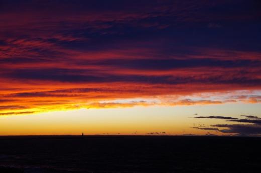 夕焼け防波堤灯台