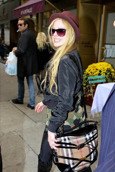 Avril_Lavigne_131008_02.jpg