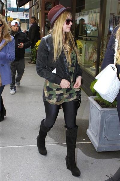 Avril_Lavigne_131008_05.jpg