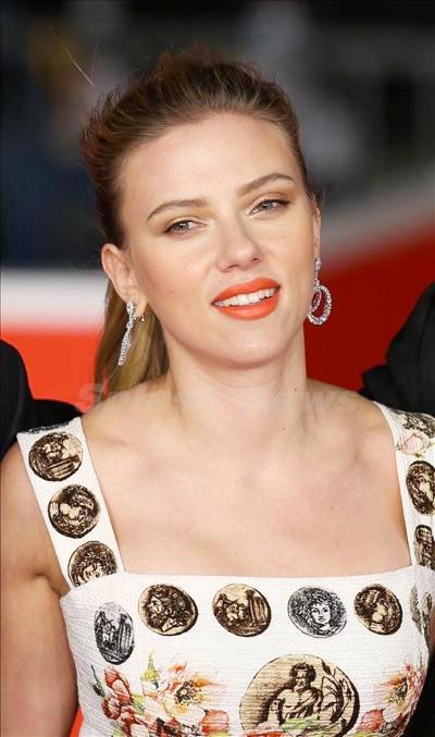 Scarlett_Johansson_131114_04.jpg