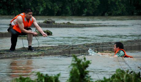 4highres_00000401401924中国北東部黒竜江州では川に押し流されて橋が倒壊