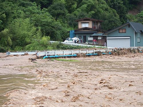 img_2013071800362最上川支流月布川の水位が橋まで達し、住民が取り残された現場=18日午前10時16分