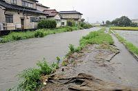 大雨で増水する地久子川30日