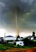 埼玉県松伏町で撮影された、トルネードとみられる突風の渦住民提供