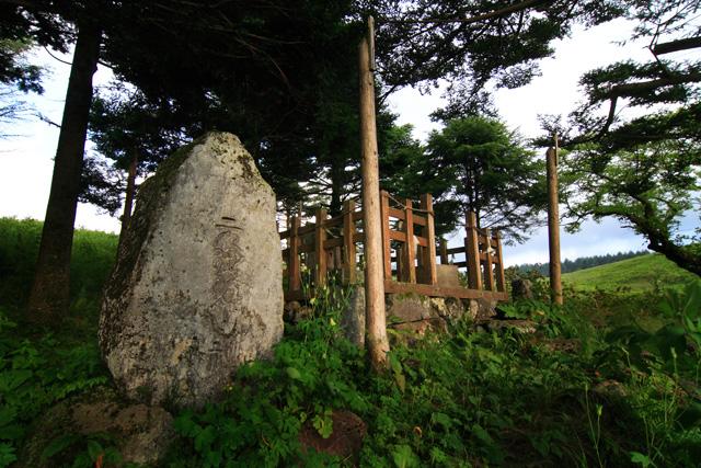 例によって祠の周りには御柱が四方に建っている。