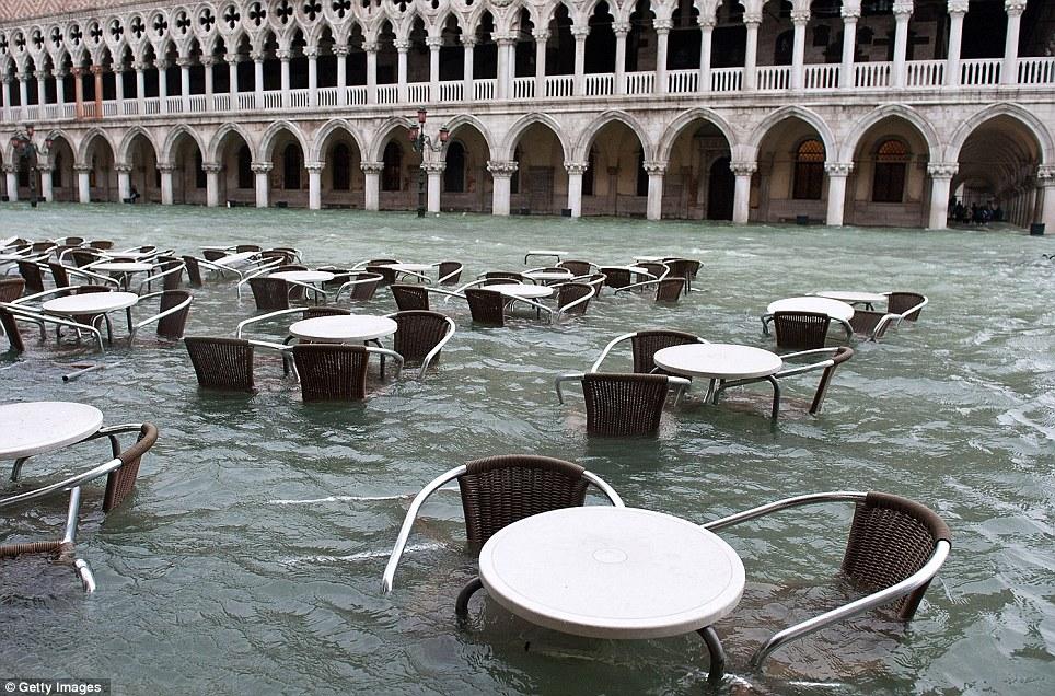 混雑サンマルコ広場は70%沈没冠水し閑散としイタ。201211