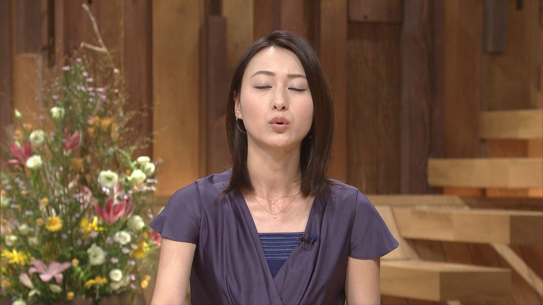 紺の衣装を着たキス顔の小川彩佳のセクシーな画像
