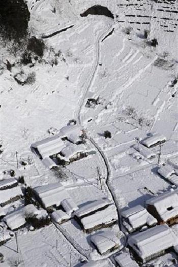 大雪の影響で寸断された山梨県早川町の道路