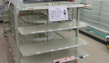 大雪の影響で、商品の在庫がなくなった甲府市内のコンビニ=17日午後