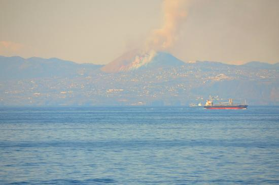 大島からも良く見えます 冬の枯れ色カヤの銀穂が燃えて山容は黒色のプリンにかわります