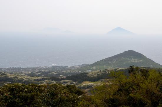 かたの島 右から利島 鵜渡根島 新島