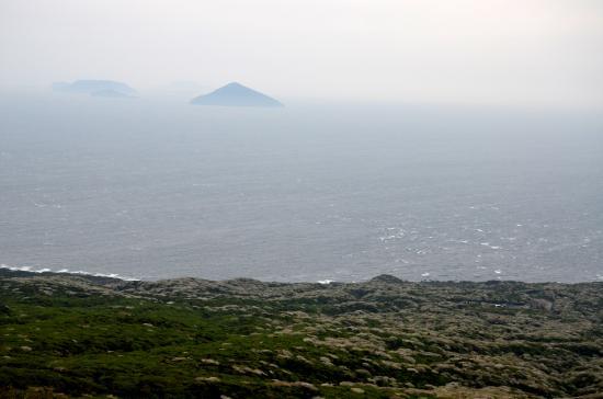 利島(右)と新島(左 手前が鵜渡根島)の間にあるのが神津島(奥)手前が式根島 神津と式根は島人ならかすかに見えます